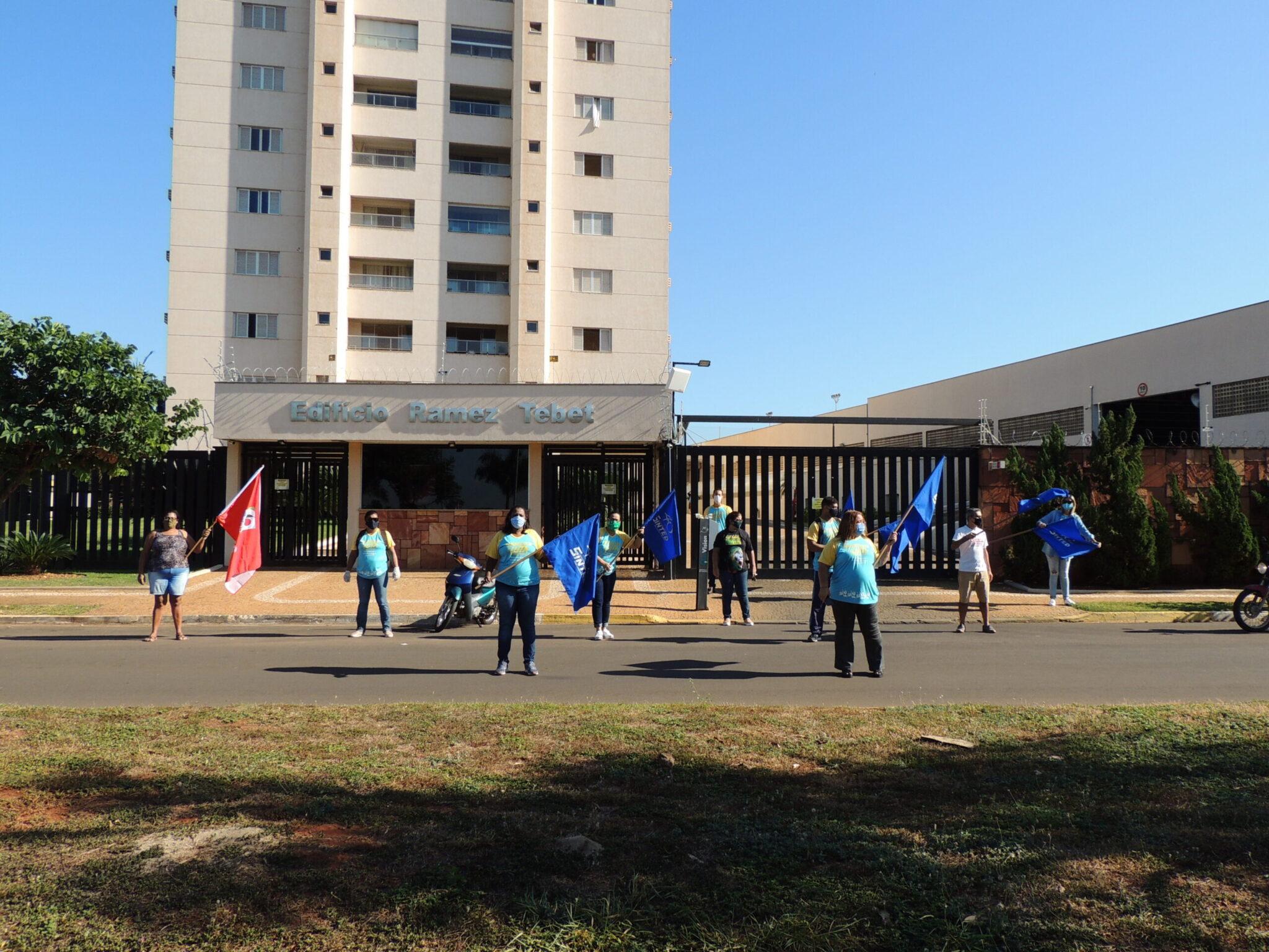 TRABALHADORES DA EDUCAÇÃO DE TRÊS LAGOAS FAZEM MANIFESTO CONTRA PROJETO LEI DE AUMENTO DA ALÍQUOTA DA PREVIDÊNCIA ESTADUAL 6